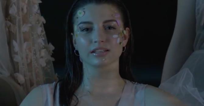 Julia Wieniawa kusi w zmysłowym teledysku do singla Oddycham. Jest ogień!