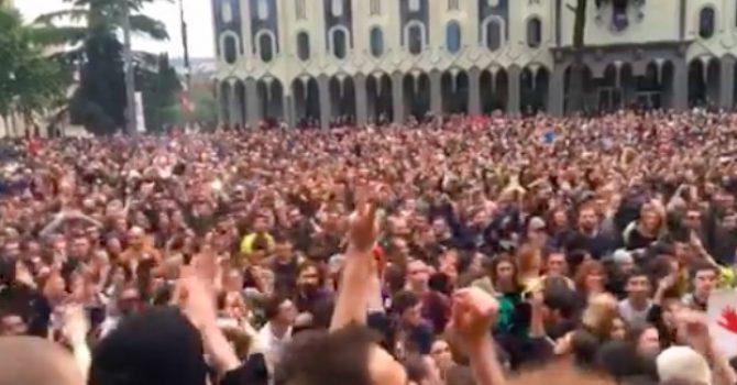 W Tbilisi przed parlamentem urządzono IMPREZĘ! Tysiące ludzi tańczyło przeciwko władzy!