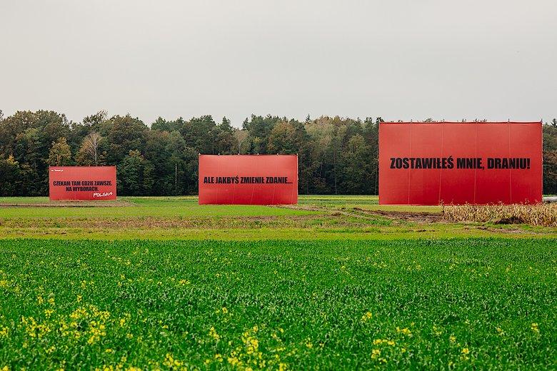 trzy billboardy za sieradzem