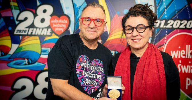 Olga Tokarczuk przekazała Noblowski Medal na aukcję WOŚP