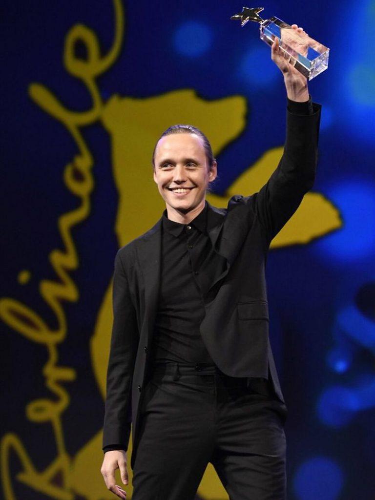 Bartosz Bielenia ze statuetką na Berlinale 2020
