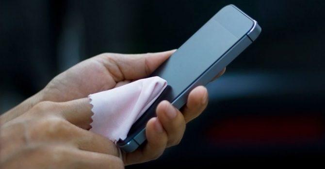 Telefon to ogromne siedlisko bakterii. Sprawdź, jak go dezynfekować!