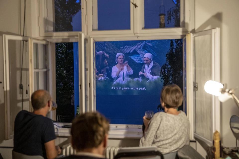 sąsiedzkie kino na fasadzie kamienicy