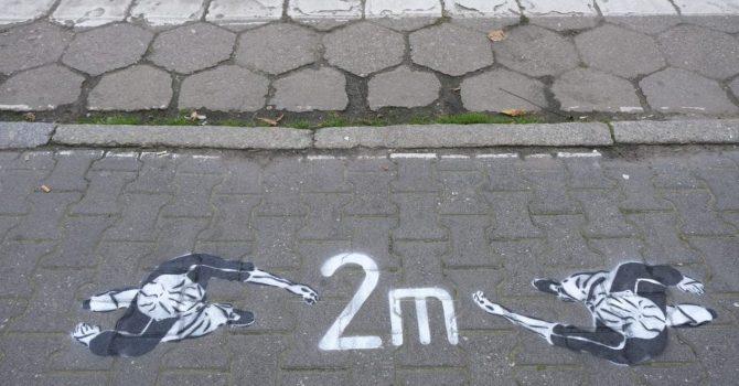 W Szamotułach street-art przypomina o zachowaniu dystansu społecznego