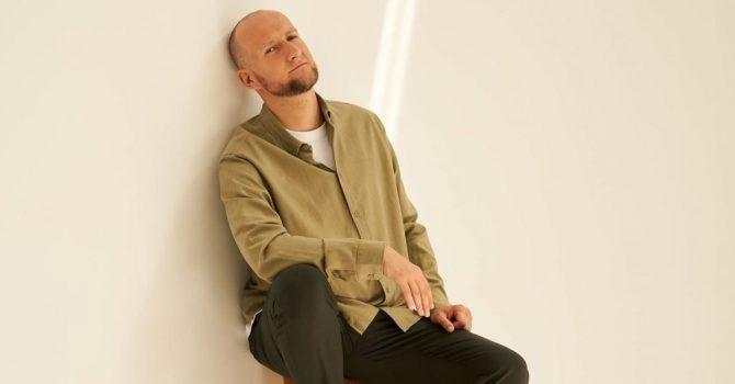 """Grubson prezentuje nowy singiel """"AKTUAL(NIE)LEPSZA WERSJA"""" i okładkę albumu """"AKUSTYCZ(NIE)ZUPEŁNIE"""""""