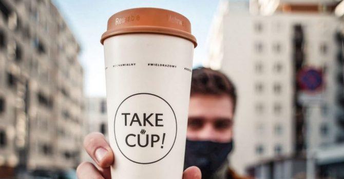 Koniec z jednorazowymi kubkami na kawę. Kawiarnie we współpracy z Take!Cup wprowadzają system kaucyjny