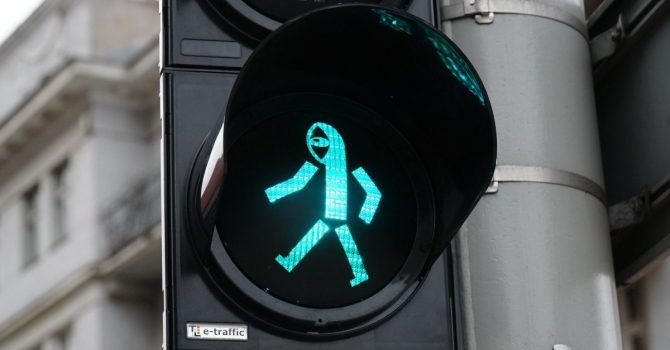 Street-art wychodzi poza mury. Pan Peryskop Noriakiego na sygnalizacji świetlnej w Poznaniu