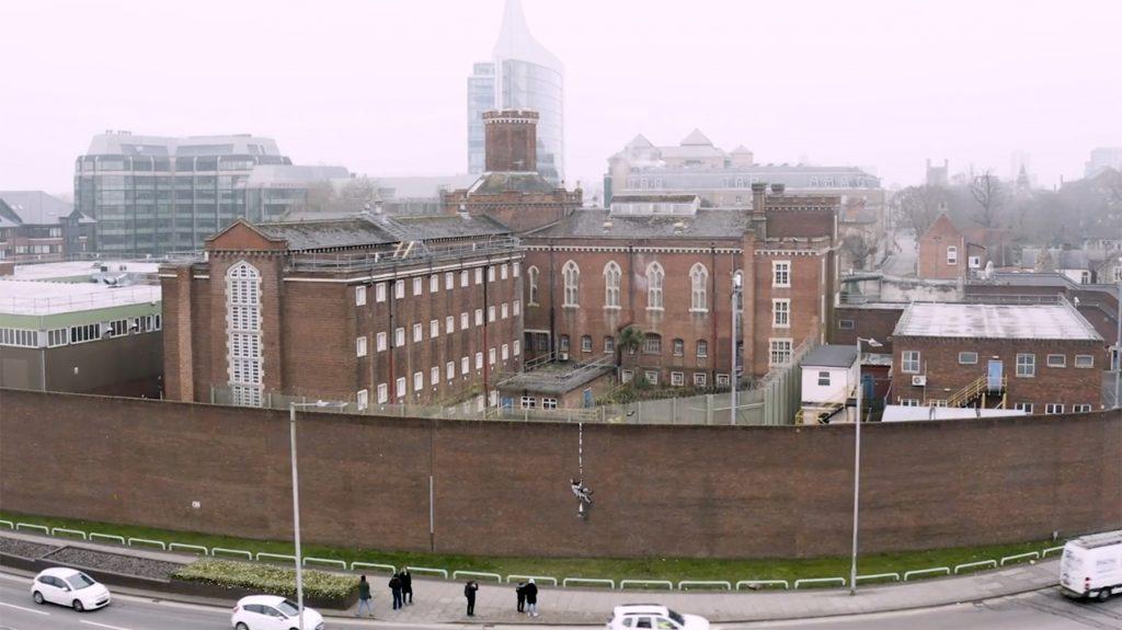 Banksy i mural na murze opuszczonego więzienia