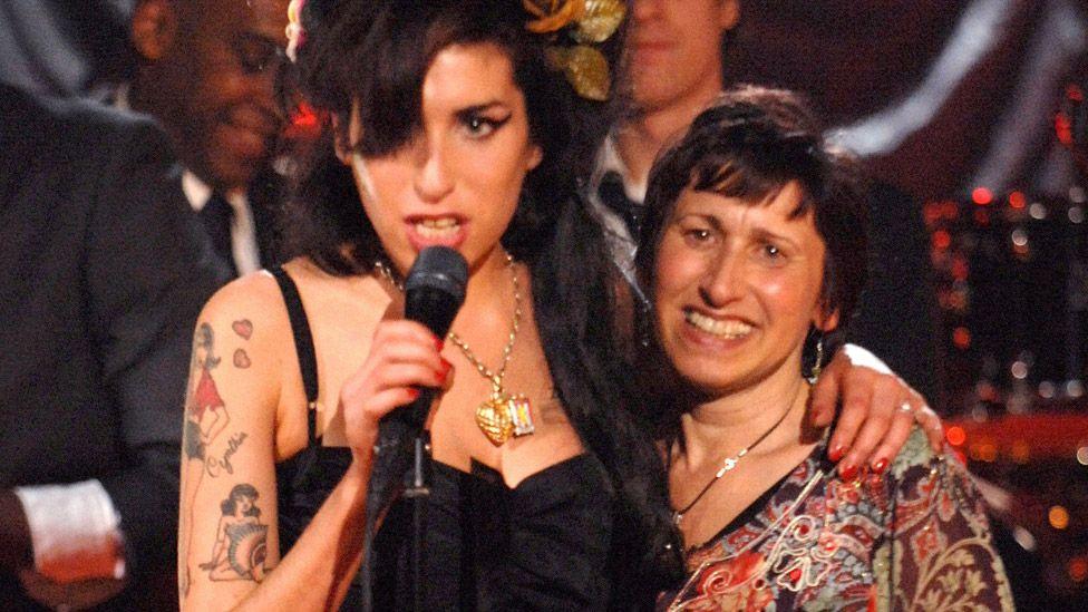 Amy Winehouse z matką na scenie podczas Grammy 2008