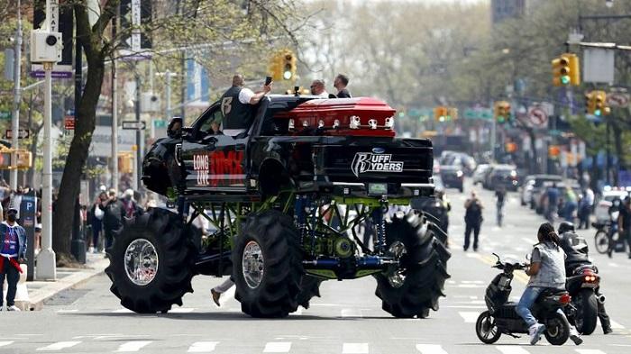 Monster truck z trumną DMX'a przejeżdzą przez ulice Nowego Jorku