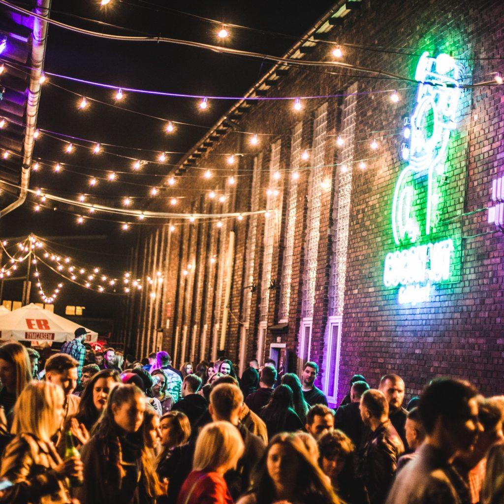 najlepsze letnie miejscówki poznań nocny targ towarzyski koncerty