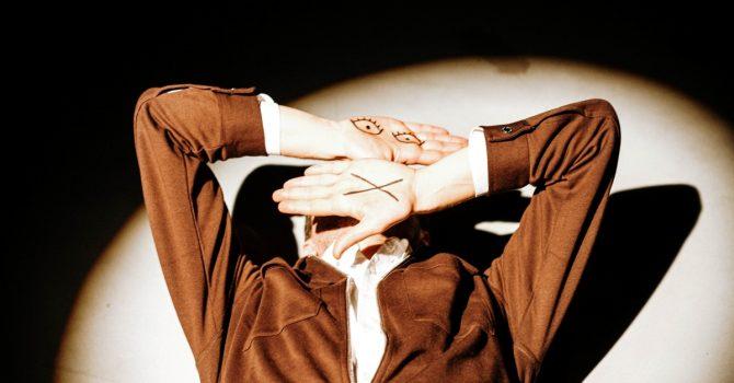"""Martin Lange i tańczący Tomasz Kot w wyjątkowym singlu """"Kłamiesz"""""""