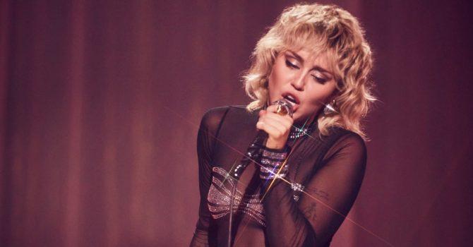 Miley Cyrus śpiewa przebój Cher z okazji Pride Month