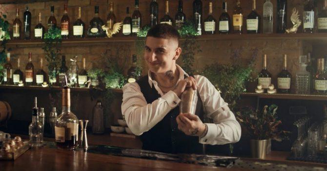Sobel w roli barmana. Raper przygotowuje swoje ulubione drinki