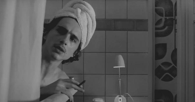 """Timothée Chalamet i Frances McDormand w klipie z """"The French Dispatch"""" Wesa Andersona"""