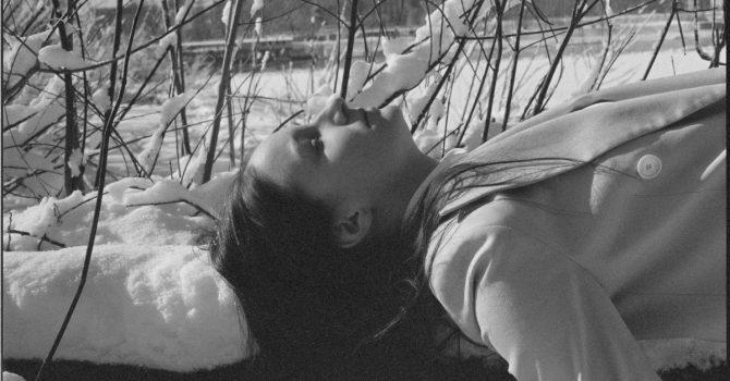 """Tęskno reinterpretuje poezję. Wiersze, jak muzyka, muzyka, jak wiersze. Oto singiel """"woda"""""""