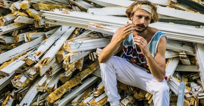 """Adi Nowak jako """"Adi Bravo"""" w kolejnym singlu z """"Ogniska Niedomowego"""""""