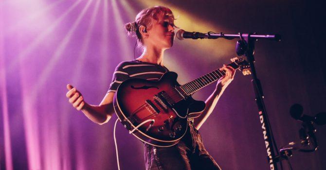 Alice Phoebe Lou oczarowała Niebo – fotorelacja z koncertu w Warszawie