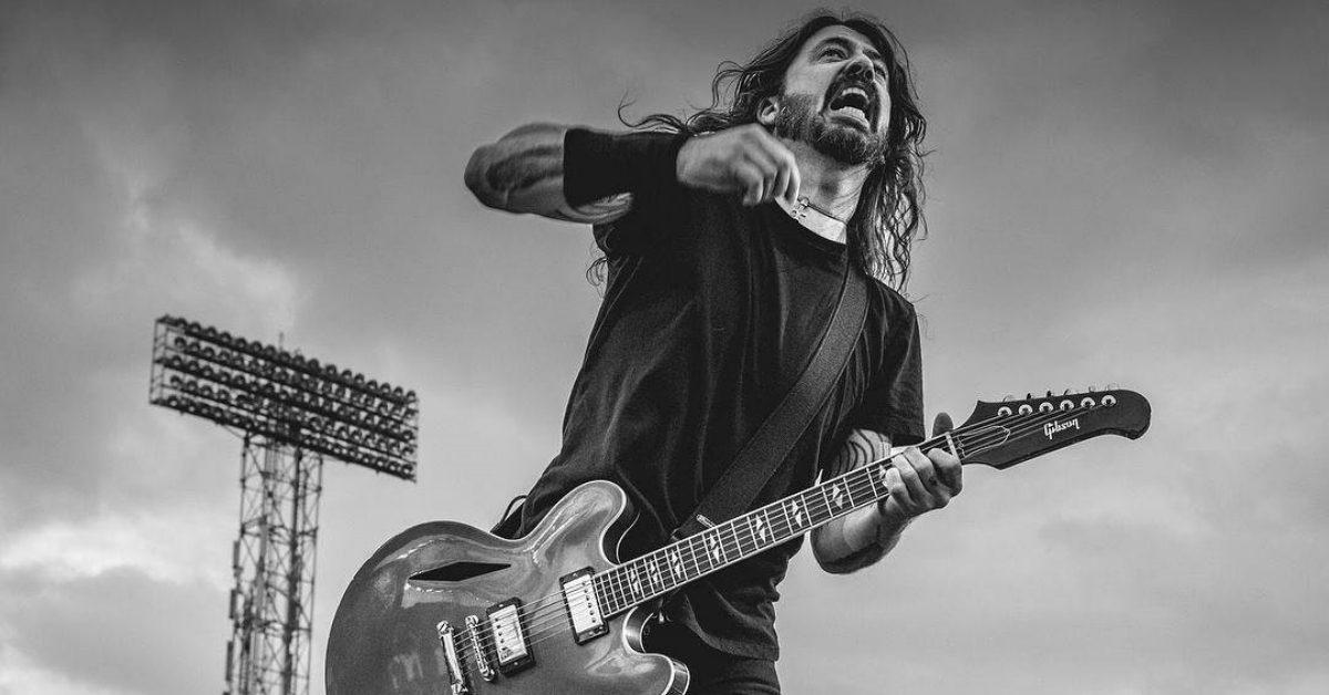 "Dave Grohl z Foo Fighters spisał historie ze swojego życia w książce – ""The Storyteller"""