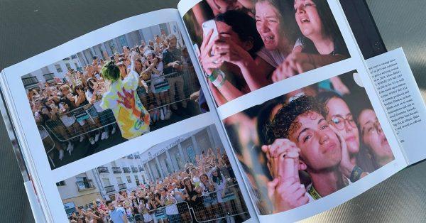 """Obejrzałam książkę """"Billie Eilish. O sobie"""". Jest ładna i ma dużo obrazków"""
