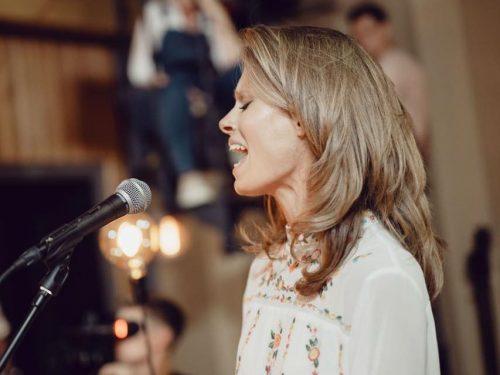 Julia Pietrucha zapowiada trasę FOLK IT akustyczną wersją utworu In Me