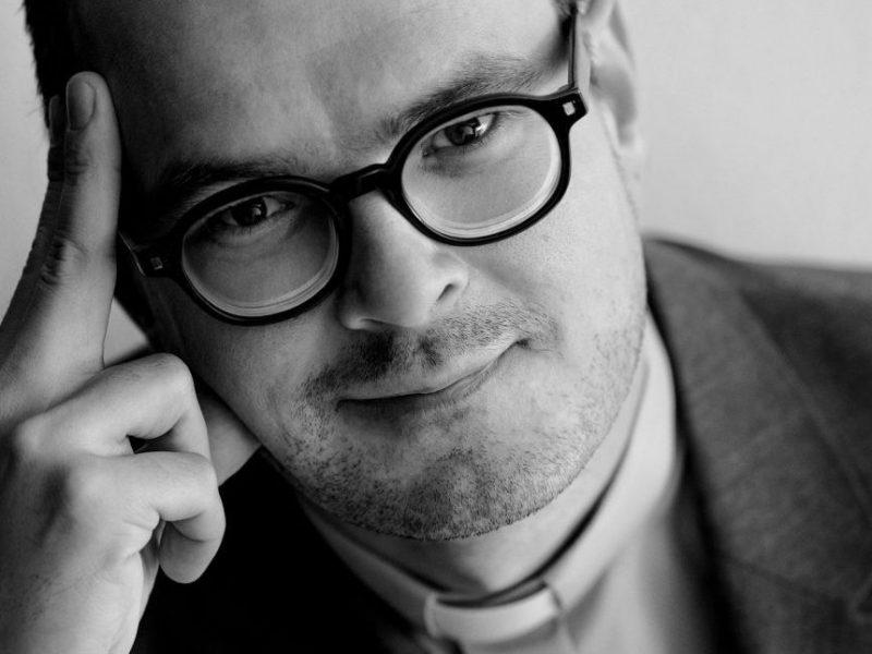 Niesamowita metamorfoza Dawida Ogrodnika – aktor zagra ks. Kaczkowskiego