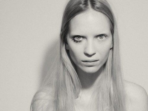 """Mary Komasa z singlem """"Be A Boy"""". Teledysk wyreżyserowała Anja Rubik!"""