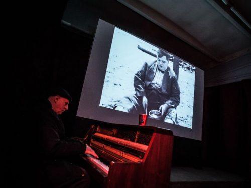 Kino i muzyka na żywo? W sobotnie wieczory w Warszawie odbędą się klimatyczne seanse filmowe!