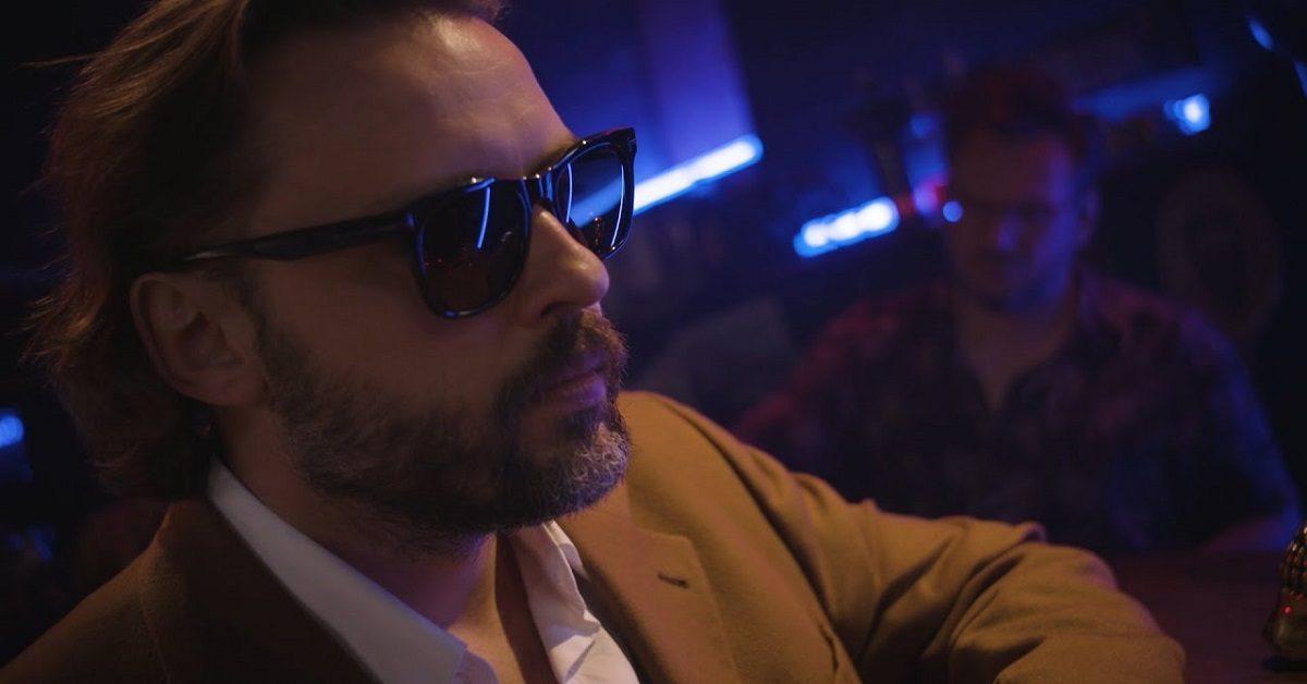 """Tomasz Makowiecki prezentuje teledysk do utworu """"Bardziej niż zwykle"""""""