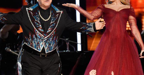 Elton John i Chad Smith zagrają na albumie Miley Cyrus z coverami zespołu Metallica