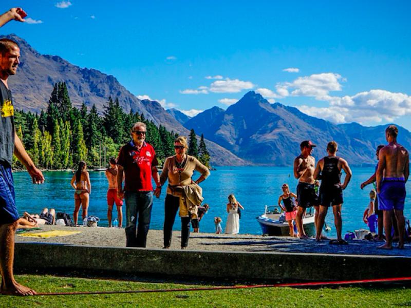 """Slackline – nowy sport outdoorowy dla tych, którym znudziło się frisbee i """"paletki""""."""