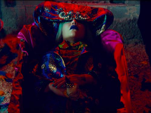 Kesha w koronie cierniowej modli się w nowym klipie. Powrót gwiazdy w wielkim stylu?