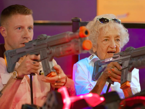 Macklemore dał swojej babci na 100 urodziny niesamowity prezent. Pokazał go w nowym teledysku.