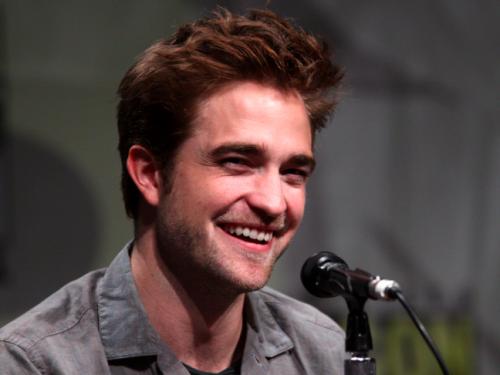 Robert Pattinson jako nastolatek dorabiał sprzedając… brudne pisemka! Spotkała go za to sroga kara…