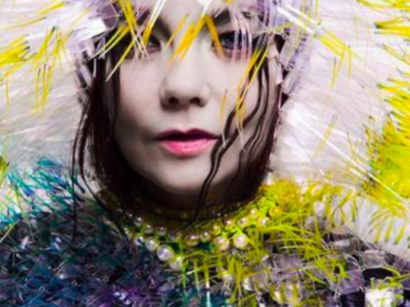Björk ubrana w strap-on dildo promuje nową płytę. Tak wygląda jej Utopia?