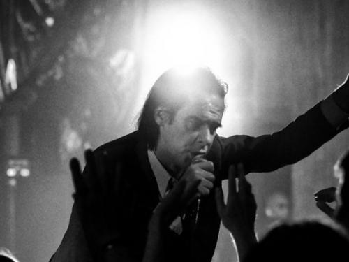 Nick Cave dał fenomenalny koncert w Warszawie. Publika wystąpiła na scenie jako… The Bad Seeds!