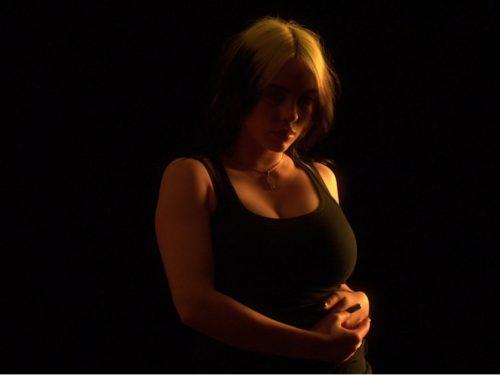 """Billie Eilish mierzy się z body shamingiem w nowym klipie """"NOT MY RESPONSIBILITY"""""""