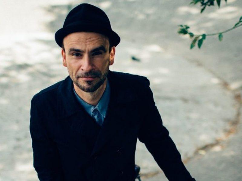 """""""Popkultura to poruszanie się po śladach. Mnie to od zawsze fascynuje"""" – wywiad z Bartoszem """"Fiszem"""" Waglewskim."""