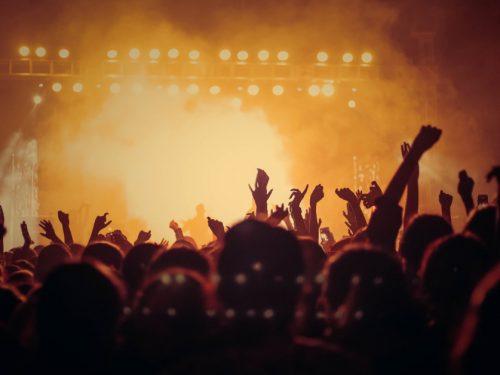 Naukowcy chcą zbadać, jak koronawirus rozprzestrzenia się na koncertach. Szukają ochotników
