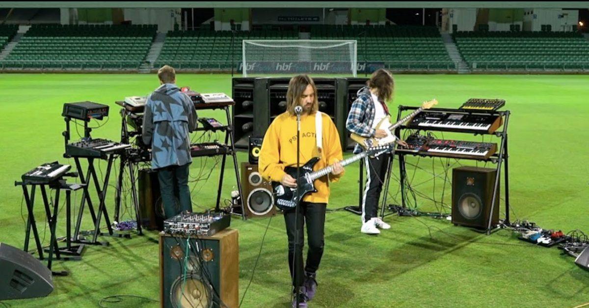 """Tame Impala promują grę """"FIFA 21"""" koncertem na pustym stadionie"""