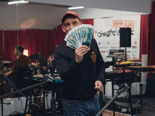 Dawid Podsiadło gra z WOŚP i zaprasza do swojej garderoby