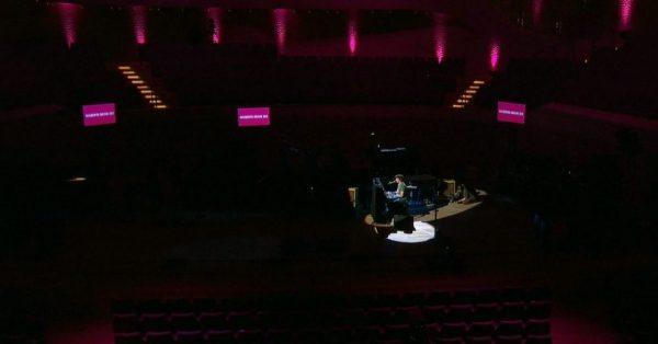 Czy powinniśmy płacić artystom za koncerty online?