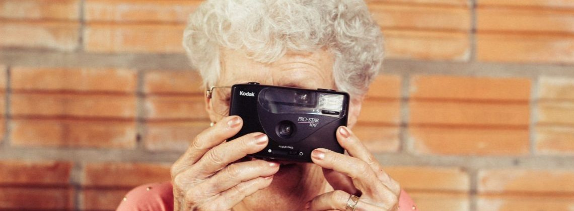 Masz babcię? Porozmawiaj z nią! Polska artystka namawia do robienia międzypokoleniowych wywiadów.