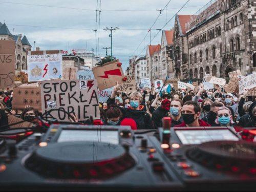 Protest songi związane ze Strajkiem Kobiet – zebraliśmy je dla Was w jednym miejscu