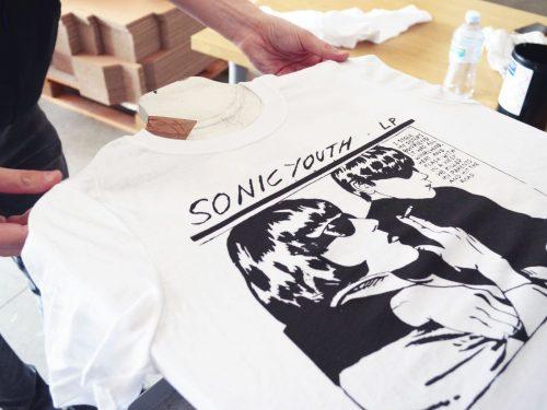 Słynne okładki i ich mniej słynni autorzy, których prace masz na koszulce