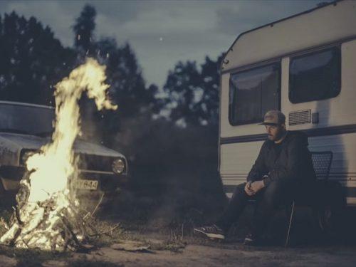 """O.S.T.R. rusza na camping. Zobaczcie nowy klip do """"Spowiedzi"""""""